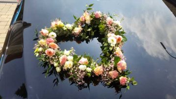 Autodekoration-gewundenes-Herz-rosa-weiss-gruen