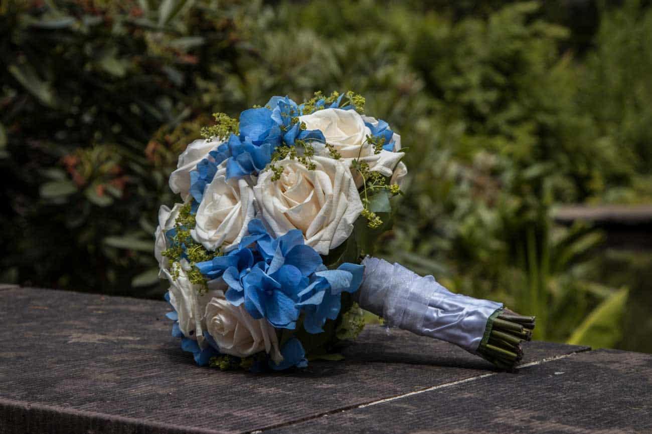 Brautstrauss-weiss-blau-trachtig