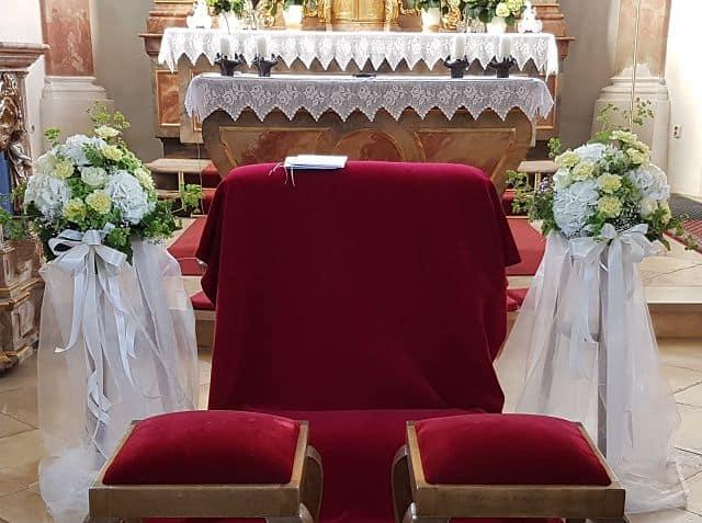 Kirchendekoration-Altargestecke-weiss-gruen-mit Baendern
