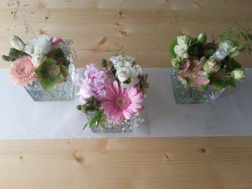 Tischdekoration-gefuellte-Glaeser-weiss-rosa-1