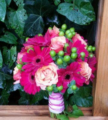 Brautstrauss-pink-gruen-orange-Hochzeit-Muenchen