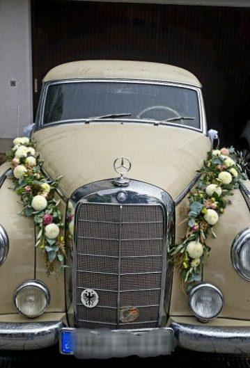 Blumengirlande-Autoschmuck-Mercedes-Oldtimer