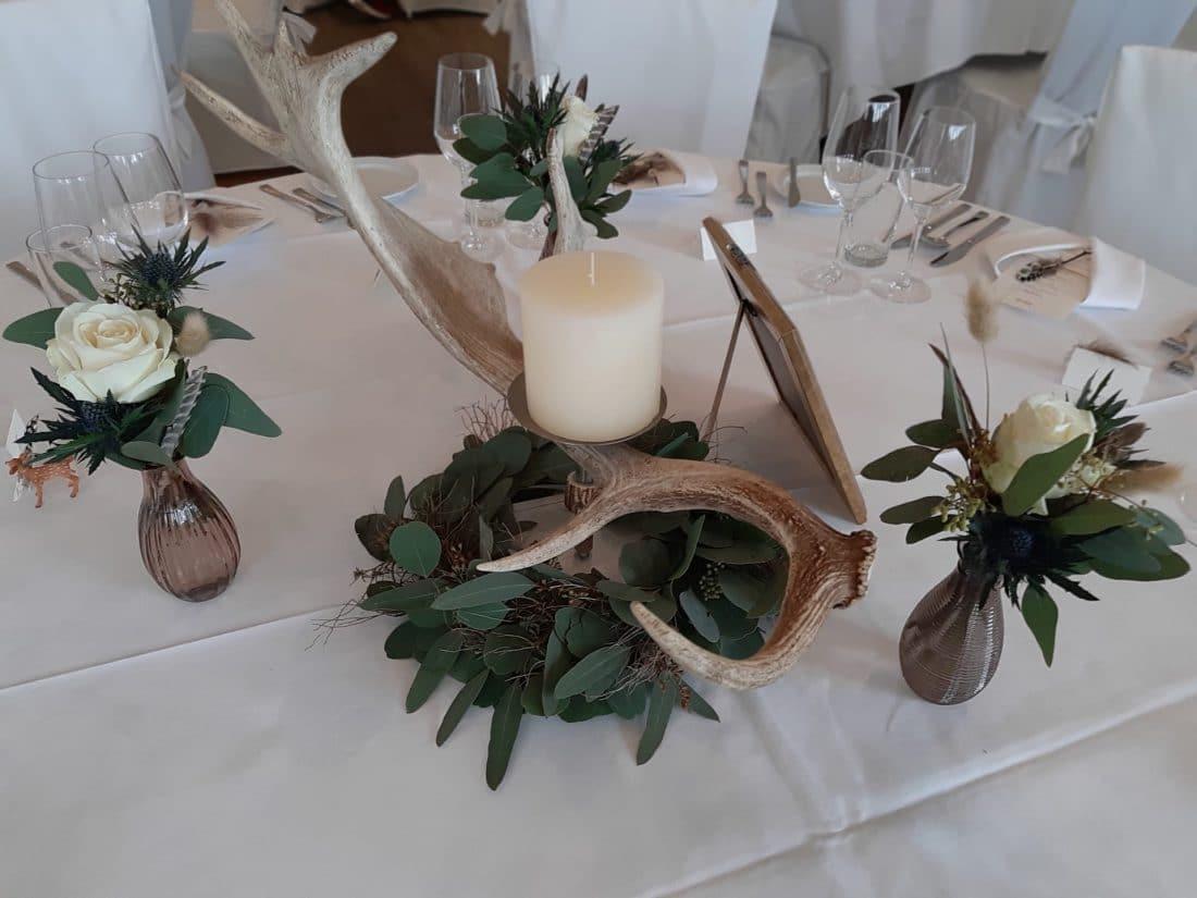 Tischdekoration-floral-mit-Geweih