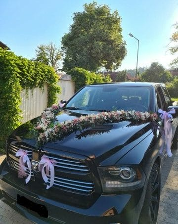 Autodekoration-mit-Girlanden-und Schleifen-Dodge-RAM